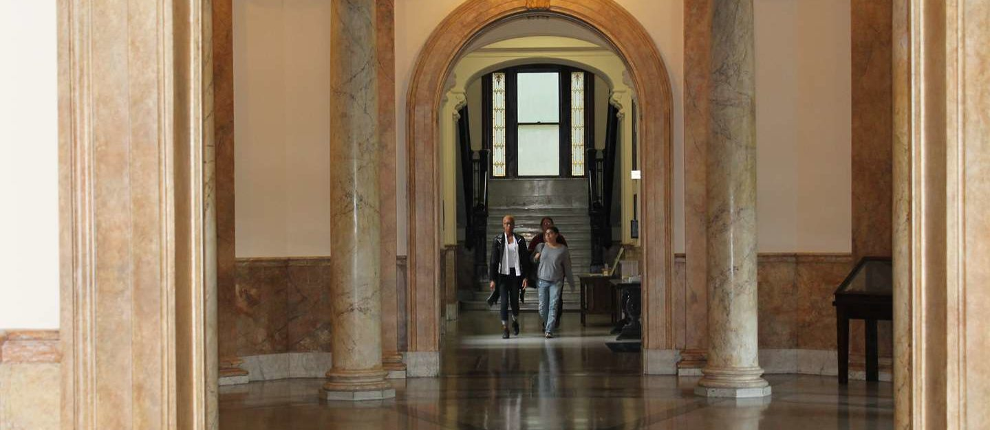 Students walking down the hall into the Rotunda.